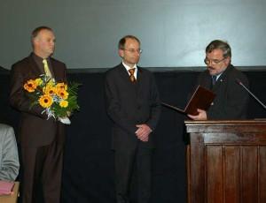 Landrat Frank Vogel (r.) vereidigt den Ersten Beigeordneten, Andreas Haustein (l.) und den Zweiten Beigeordneten, Andreas Stark (Mitte). Foto: Chris Bergau