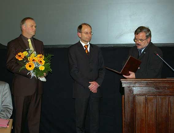 Landrat Frank Vogel (r.) vereidigt den Ersten Beigeordneten, Andreas Haustein (l.) und den Zweiten Beigeordneten, Andreas Stark (Mitte).